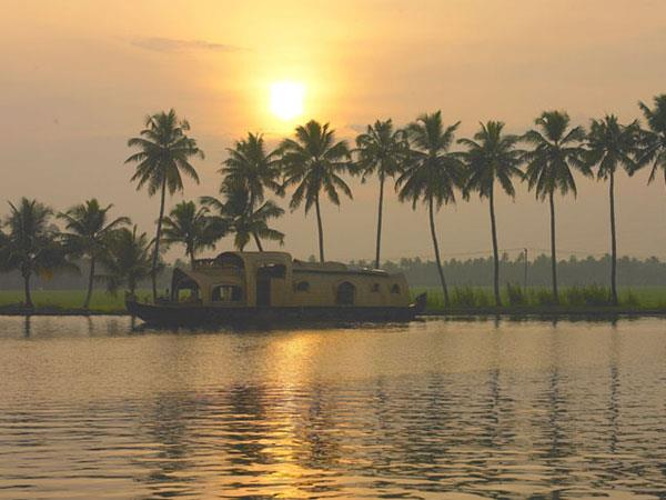 Tailor made houseboat cruise in Kerala, India
