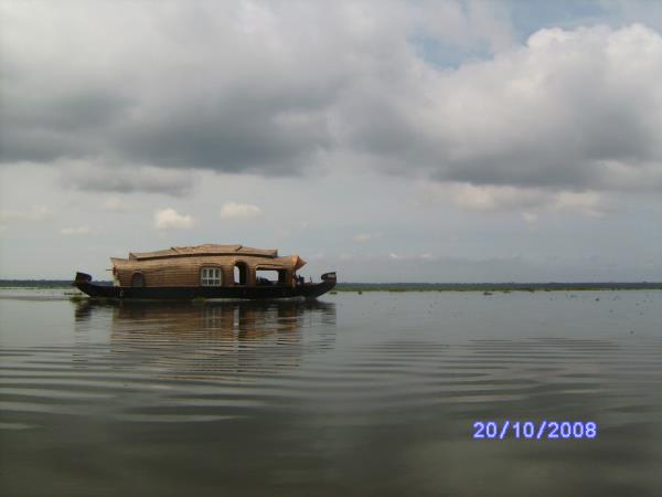 Backwaters of Kerala, spice gardens & beach vacation