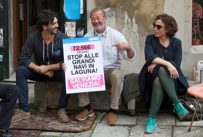 In order, Luca Nicotra from AVAAZ, Silvio Testa and Jane da Mosto. This petition reached 150,000 signatures in about 3 days and was delivered the to the Italian Prime Minister in person.
