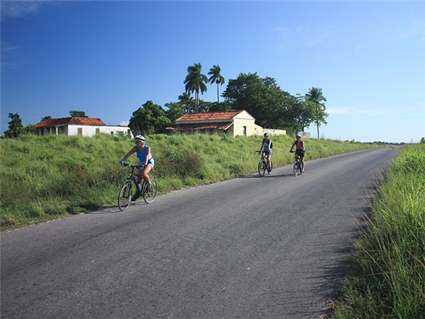 Family cycling vacation in Cuba