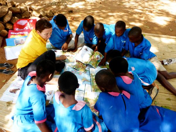 Volunteering in Zambia, reading with children